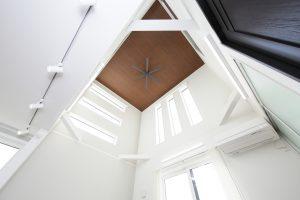 光と空間を広げる家